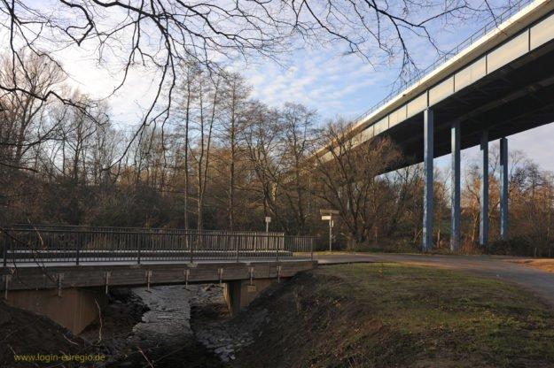 Haarbachtalbrücke mit neu gebauter kleiner Brücke über den Haarbach